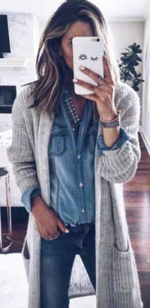 серый кардиган с джинсовой рубашкой