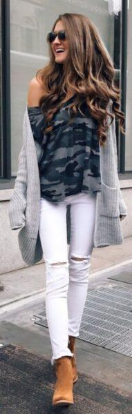 серый кардиган с белыми брюками