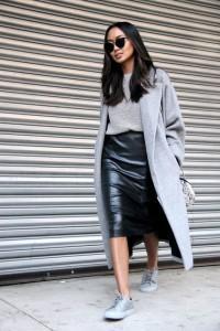 серый кардиган и кожаная юбка