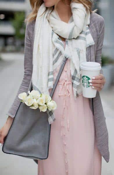 серый кардиган с розовым платьем