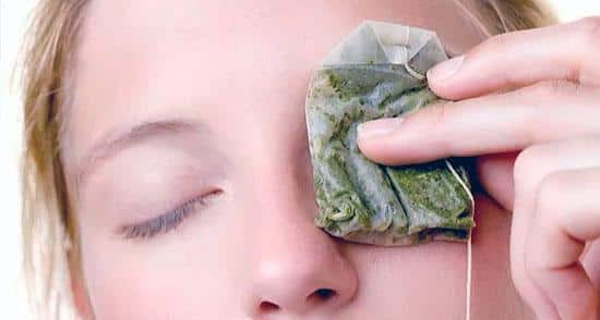 Put on the eyelids tea bags