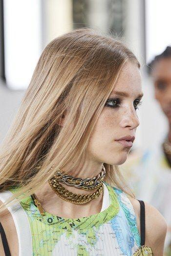 Chokers 2020: to wear them or to throw them away?